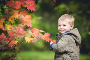 child portrait photography autumn leaves
